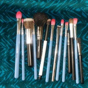 Assorted brushes, mostly Morphe